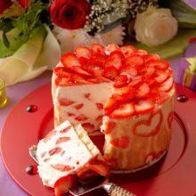 Gâteau aux fraises et fromage blanc serti de cœurs