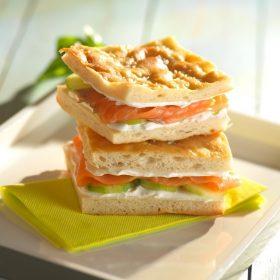 Sandwich focaccia au saumon fumé
